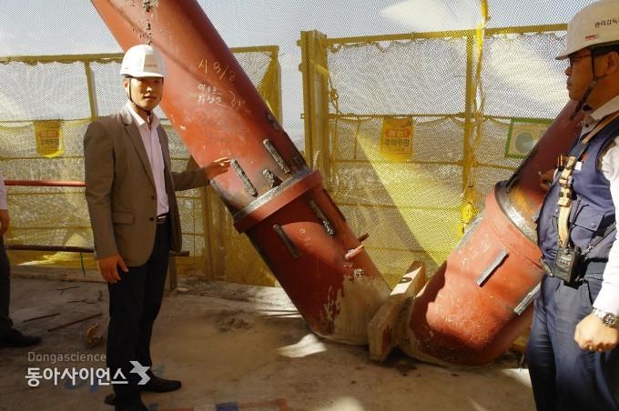 전현수 책임연구원(왼쪽)이 다이어그리드 부재를 보며 설명하고 있다. 오른쪽은 이명준 팀장.  - 신선미 기자, vamie@donga.com 제공